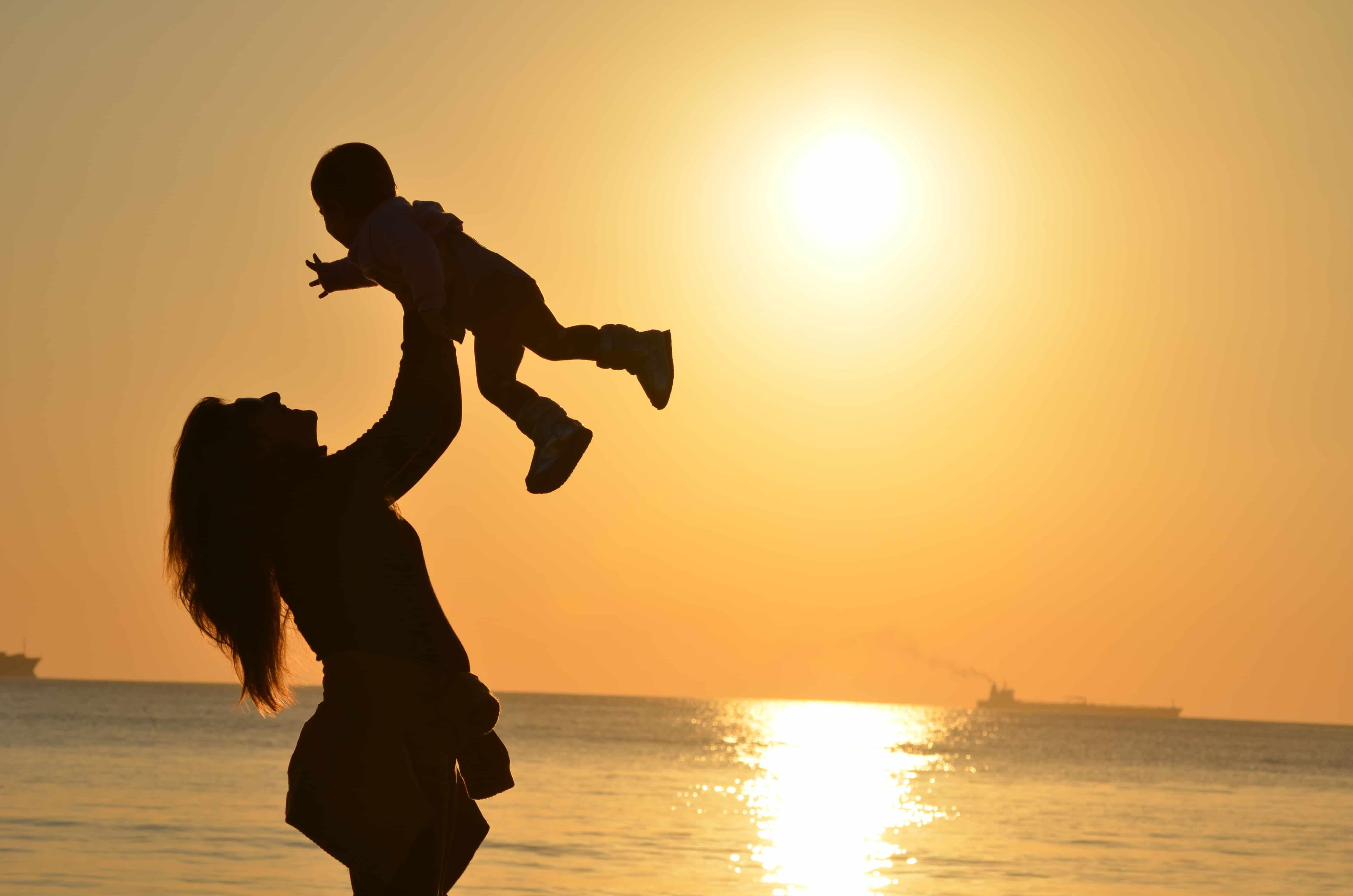Une mère heureuse et son bébé